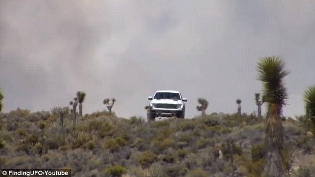 Ô tô đi qua đám mây lạ.