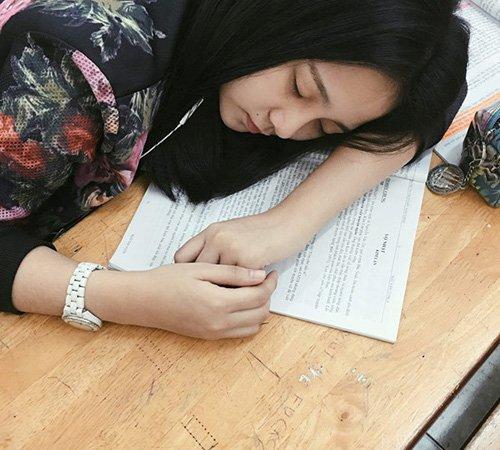 Khoảnh khắc Tam Triều Dâng ngủ quên trên bàn học.