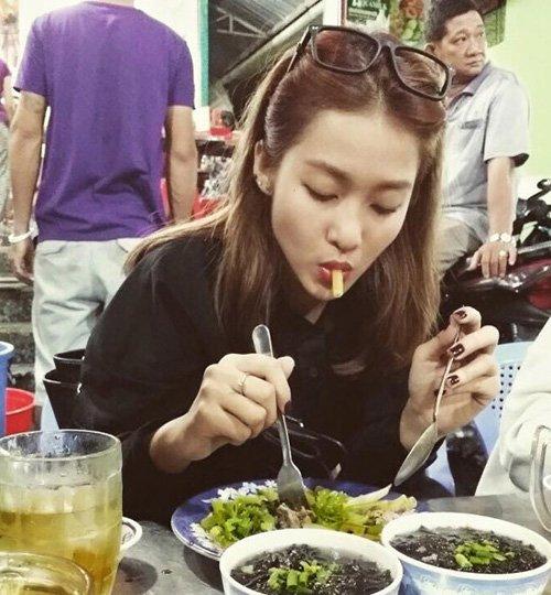 Khả Ngân bị một người bạn chụp lén trong lúc đang mải mê ăn uống. Dù vậy, cô nàng lại tỏ ra rất thích thú với khoảnh khắc độc này.