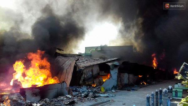 2 ngôi nhà bên cạnh cũng bị lửa thiêu rụi toàn bộ.