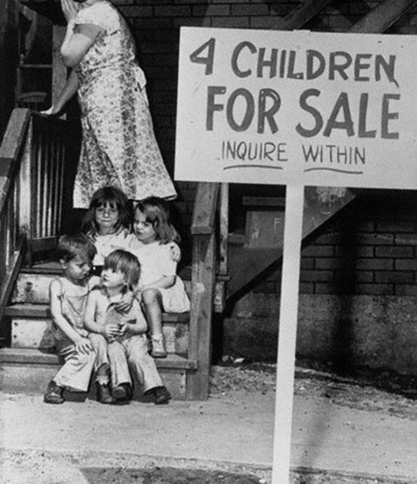Một bà mẹ lấy tay che mặt vì rao bán 4 đứa con của mình. Bức ảnh chụp năm 1948 tại Chicago, Mỹ