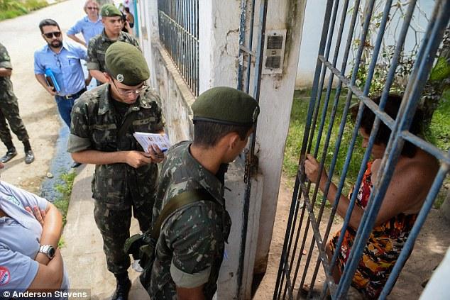 Lực lượng chức năng yêu cầu bà Jacienta hợp tác để xử lý ổ dịch trong căn nhà bà đang sinh sống.