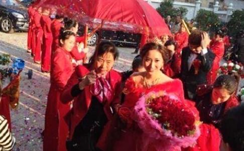 Gia đình chú rể đã chuẩn bị khoản tiền 6 triệu NDT (gần 20 tỷ đồng) để cưới vợ cho con trai.