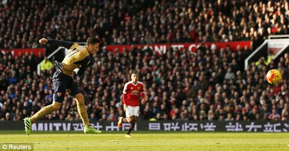 4 phút sau khi Man United vươn lên dẫn trước 3-1, Pháo thủ cũng cho thấy họ không chấp nhận thua đơn giản. Ozil có pha dứt điểm cận thành khiến De Gea chỉ có thể đứng nhìn.