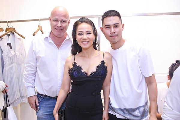 Bận rộn với việc chuẩn bị cho show diễn ở sân vận động vào buổi tối, song Thu Minh vẫn đưa chồng Tây qua ủng hộ Lâm Gia Khang.