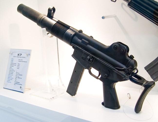 Lực lượng đặc nhiệm Campuchia còn có hàng loạt mẫu súng tiểu liên tự động hiện đại. Ví dụ như khẩu Daewoo Telecom K7 dùng đạn 9 x 19 mm do Hàn Quốc sản xuất. Khẩu này đạt tốc độ bắn 1.100 phát/phút, tầm bắn hiệu quả 150 m.