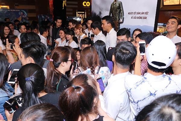 Hình ảnh khán giả vây kín xin Lý Hải và đoàn phim Lật mặt 2 chụp hình và kí tặng.