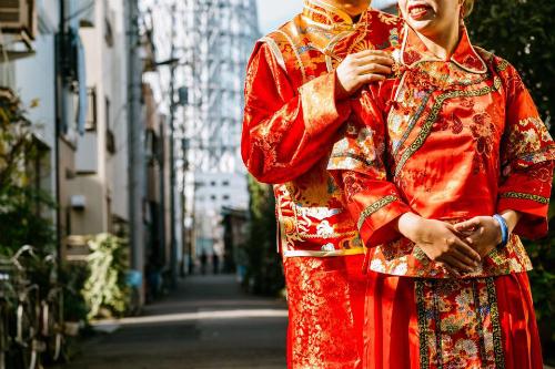 Ngay sau khi được đăng tải, bộ ảnh cưới đã nhanh chóng thu hút sự chú ý của người dùng mạng với những bình luận, ý kiến trái chiều.