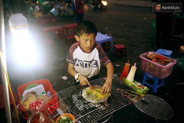 Dù thời tiết Đà Lạt khá lạnh về đêm nhưng do đã quen và đứng gần bếp than nên Thành vẫn ăn mặc khá phong phanh.