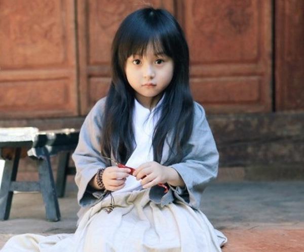 Dù là trong trang phục giản dị thì những nét đẹp của bé vẫn tỏa sáng rạng ngời.
