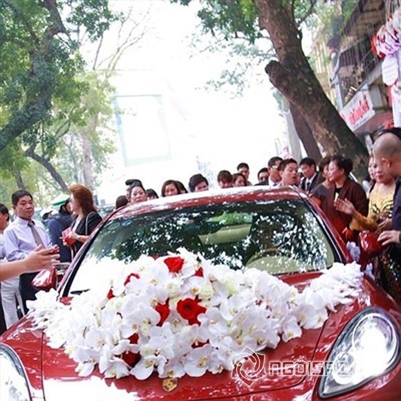 Chiếc Porsche Panamera Turbo màu đỏ được Tuấn Hưng dùng để rước dâu trong ngày cưới của anh với bà xã Hương Baby có giá khoảng 10 tỷ đồng.