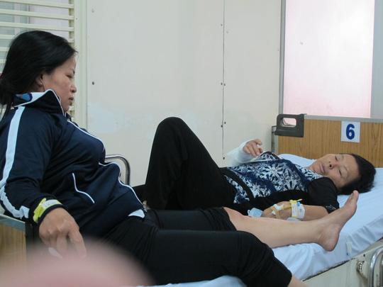 Mẹ cô dâo (ngồi) cũng bị thương ở chân