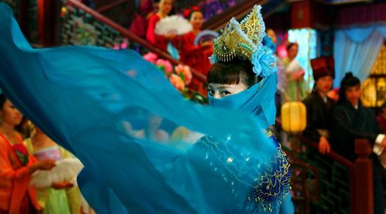 Ngọc Kỳ Lân (Đường Yên) là cô nàng tinh nghịch và lém lỉnh, nên đã bày trò cải trang để trêu trọc ý trung nhân của mình.