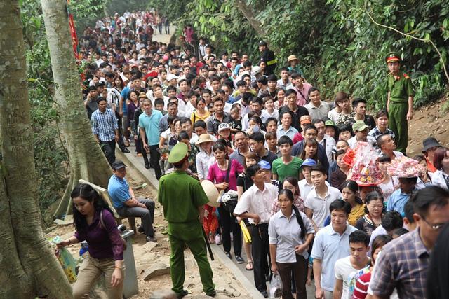Bà Đào Thị Ngọc Tuyết, Phó trưởng phòng thường trực Tổ chức Hành chính, Ban quản lý Khu di tích Đền Hùng cho biết: Tính đến ngày 8/3 âm lịch đã có hơn 4,5 triệu lượt khách tới Đền Hùng tham quan.