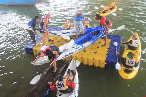 Du khách quốc tế và trong nước tấp nập đến Đà Nẵng. Và định hướng của TP là phát triển du lịch, dịch vụ. Ảnh: Lê Phi