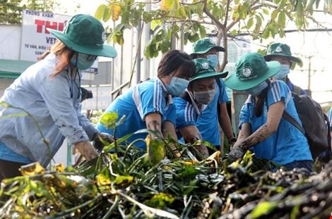 Các bạn đoàn viên xoắn tay dọn rác tại rạch Dừa - rạch Ông Hóa, quận 2. Ảnh: HOÀNG GIANG