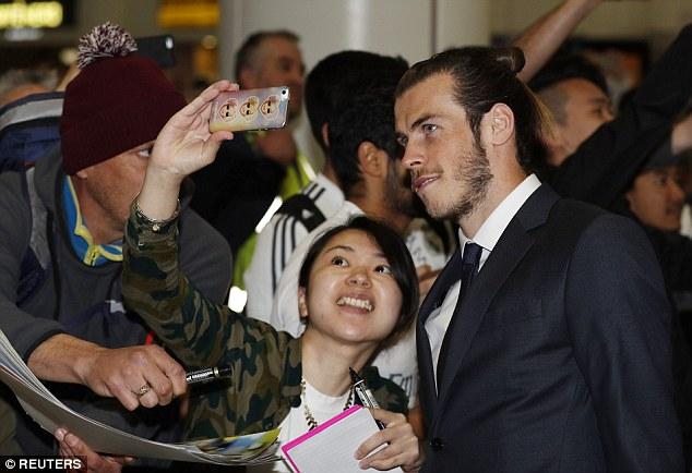 Có rất nhiều fan Real Madrid đã chờ sẵn ở sân bay để được gặp những siêu sao hàng đầu thế giới bằng xương bằng thịt. Một cô gái may mắn được chụp selfie cùng Gareth Bale.