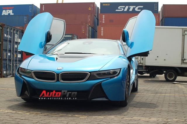 BMW i8 xanh ngọc lúc cập bến thị trường Việt Nam vào tháng 9/2015.