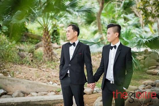 Không ngần ngại, họ chuẩn bị cho mình bộ ảnh cưới đẹp lung linh như những cặp tình nhân khác.