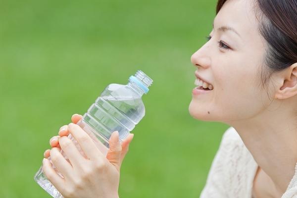 Uống đủ nước mỗi ngày giúp cơ thể khỏe mạnh chống lại virus