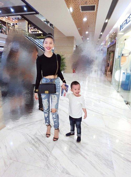 Bà mẹ một con ăn mặc sành điệu bên con trai cưng.
