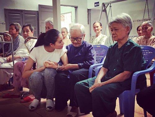 Phạm Hương ngồi xổm trò chuyện với các cụ già trong một chuyến từ thiện. Dù với góc chụp khá kén dáng, song gương mặt của Tân Hoa hậu Hoàn vũ Việt Nam vẫn toát lên vẻ xinh đẹp, rạng rỡ.