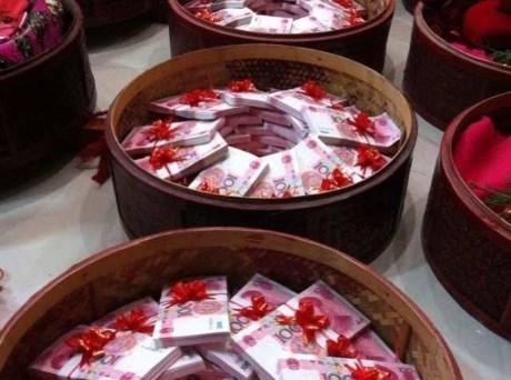 Ngoài tiền thách cưới, các chú rể còn phải chuẩn bị quà tặng trị giá hàng chục nghìn NDT.