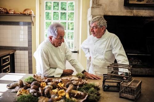 Michel Guérard (trái) và Jean Coussau là 2 trong số những đầu bếp Pháp kêu gọi bỏ lệnh cấm giết chim họa mi làm thức ăn. (Ảnh: Internet)