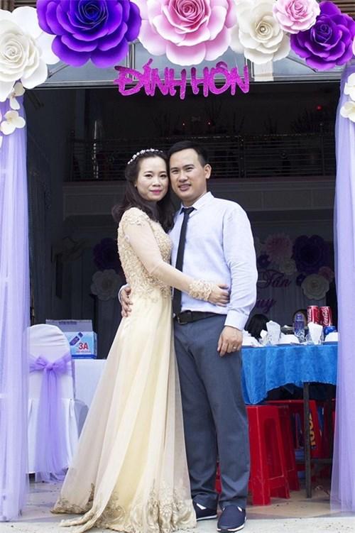 Vào tháng 8 vừa qua, lễ đính hôn của anh chị được tổ chức thật ấm cúng tại quê nhà cùng lời chúc phúc của gia đình và những người bạn thân.(Ảnh: Facebook)