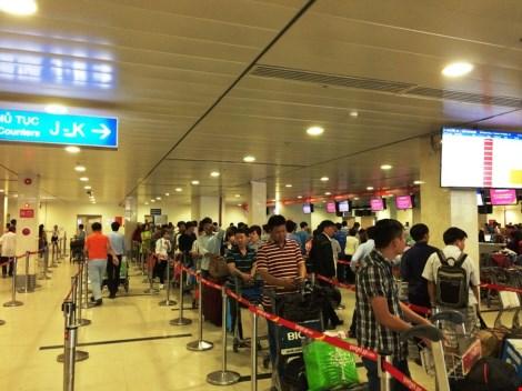 Thay vì hành khách phải xếp hàng để đợi làm thủ tục lên máy bay thì việc làm thủ tục online sẽ giúp tiết kiệm công sức và thời gian.
