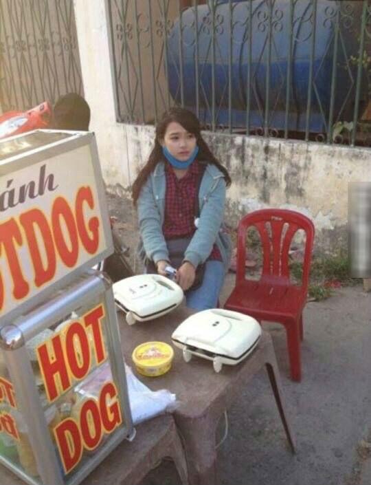 Còn đây là nhan sắc của cô gái bán xúc xích lề đường cũng đang được chia sẻ hình ảnh rộn ràng trên MXH.