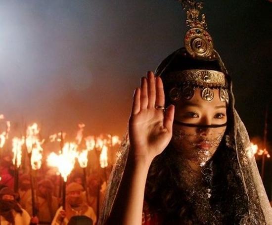 Trong Ỷ thiên đồ long ký 2009, Hà Trác Ngôn đã vào vai Tiểu Chiêu, một cô gái có dung mạo tuyệt thế và là giáo chủ tổng giáo Minh giáo Ba Tư.
