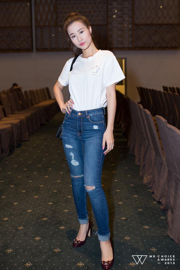 Đông Nhi phối áo phông cùng quần jeans rách bụi bặm đến buổi tổng duyệt
