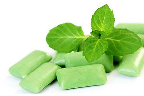 Ngày thường chuẩn bị một ít kẹo chewing gum cũng có thể trợ giúp cho ta sau khi ăn tỏi.