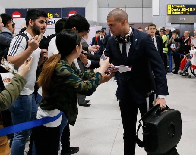 Pepe tranh thủ ký tặng một số fan xếp hàng chào đón dàn sao Real Madrid.