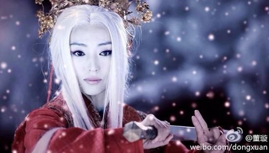 Vì oán hận người yêu không kết hôn cùng mình, tóc của Lâm Triều Anh (Đổng Tuyền) đã bạc trắng chỉ sau một đêm.