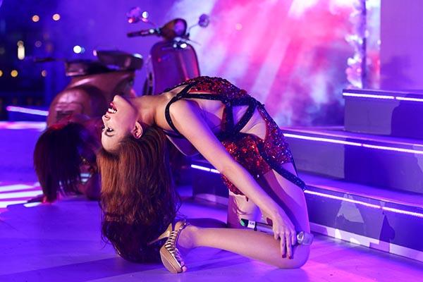 Việc kết hợp ăn ý với vũ đoàn MTE cũng khiến cho nữ ca sĩ xinh đẹp trở nên cuốn hút hơn trong từng bước nhảy.