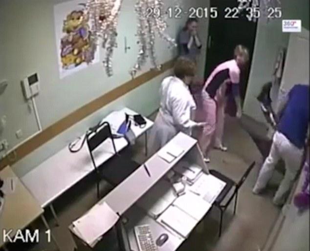 Các nhân viên y tế khác nhận thấy bệnh nhân bất tỉnh vội vàng cứu chữa nhưng không thành công.