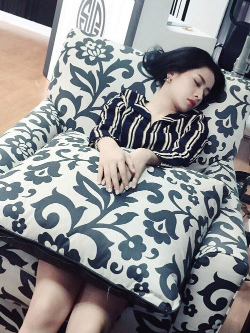 Mệt mỏi sau một ngày làm việc, gương mặt Chi Pu vẫn tươi tắn, rạng rỡ dù tranh thủ chợp mắt trên ghế sô pha.