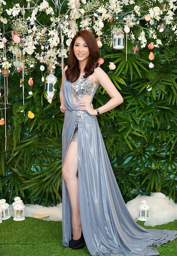 Trái ngược với hình ảnh tươi mới của Nguyễn Thị Loan, Hoa hậu đại dương Đặng Thu Thảo duy trì phong cách nữ tính với đầm xẻ cao.