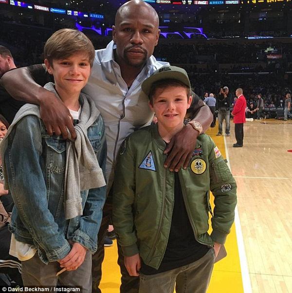 Becks sau đó chia sẻ bức ảnh lên Instagram và chú thích: Các chàng trai vui mừng gặp nhà vô địch.