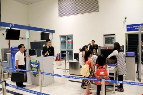 Bên cạnh đó, một máy soi chiếu an ninh được sân bay Tân Sơn Nhất đưa vào khai thác thêm tại đảo G/H sảnh A nhà ga Quốc nội.