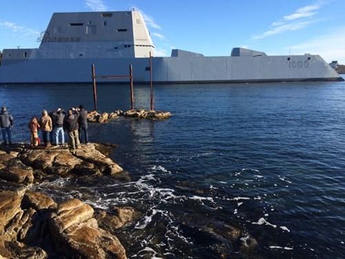 Zumwalt chạm trán với sóng biển cao từ 2,4 - 3 m ở vịnh Maine, nhưng thời tiết xấu không quan trọng, thiết kế thân tàu có thể dễ dàng xuyên qua mặt nước.