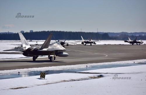 Sự xuất hiện của tám tiêm kích F-22 thu hút sự quan tâm của truyền thông Trung Quốc.