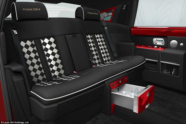 Tỷ phú Trung Quốc Stephen Hung đã đặt hàng 30 chiếc Rolls-Royce Phantoms như thế này để chuyên phục vụ cho khách VIP.
