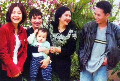 NSƯT THu Hiền bên con trai, con dâu, con gái và cháu nội.