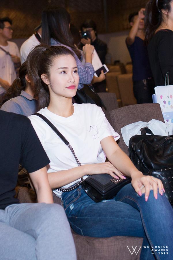 Nữ ca sĩ chọn một góc ngồi xem phần diễn của các đồng nghiệp trong lúc đợi đến lượt mình