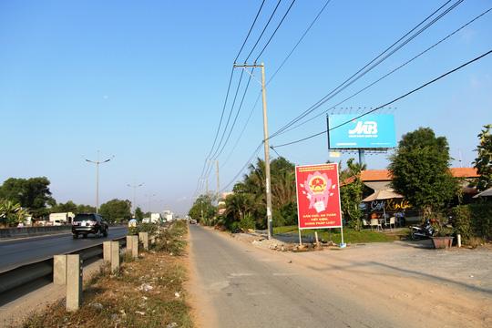 Một bên là đường dẫn cao tốc TP HCM - Trung Lương và một bên là quán cà phê Xin Chào