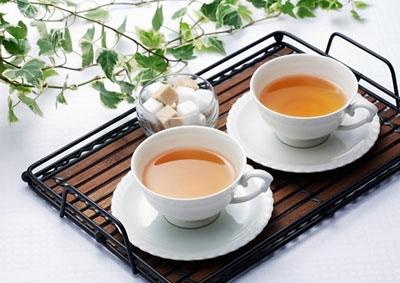 Ngoài ra, để khử mùi tỏi các bạn hãy nhai 1 ít chè khô, loại dùng để chế nước uống hoặc uống 1 ly nước trà đặc.