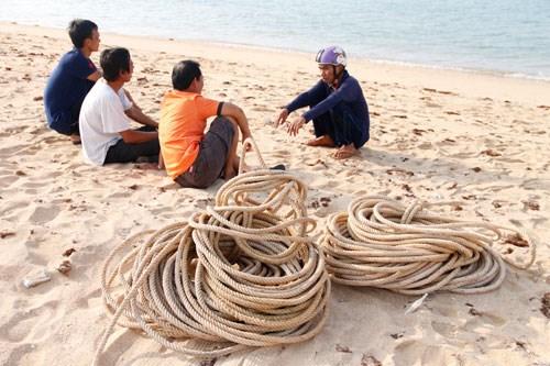 Người dân chuẩn bị những thủ tục để an táng cá voi.